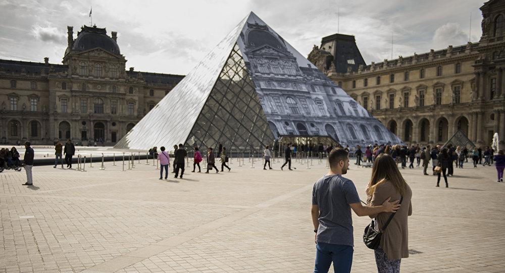 Parisdəki Luvr muzeyinin qarşısı. Arxiv şəkli