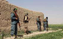 Афганские полицейские дежурят во время боя с Талибами