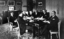 Азербайджанская делегация в Париже в отеле Гларидж во время Парижской мирной конференции, 1919 год. Во главе делегации (в центре) – председатель парламента Алимардан-бек Топчибашев
