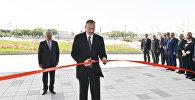 Prezident İlham Əliyev binanın rəmzi açılışını bildirən lenti kəsir