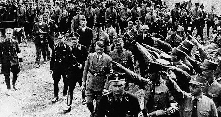 Nürnberqdəki nümayişdə fəxri qarovul Adolf Hitleri salamlayır. 13 sentyabr 1933-cü il