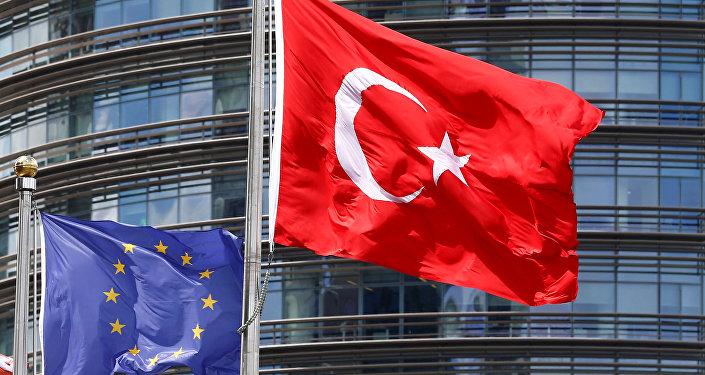 Avropa İttifaqı və Türkiyə bayraqları