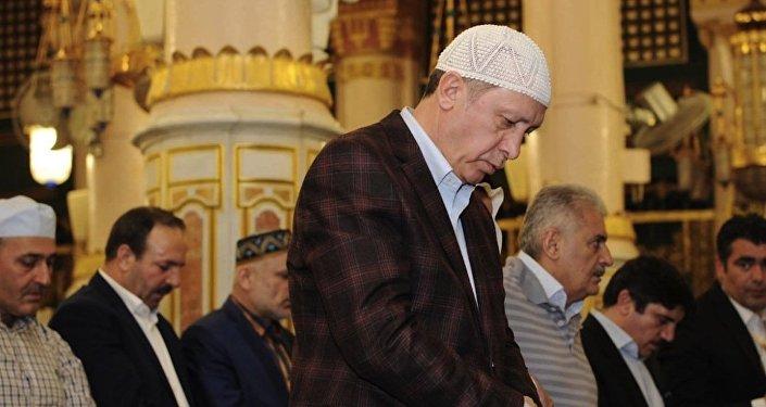 Türkiyə prezidenti Rəcəb Tayyib Ərdoğan məsciddə namaz qılarkən. Arxiv şəkli