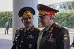 Министр обороны Азербайджана Закир Гасанов со своим российским коллегой Сергеем Шойгу. Архивное фото