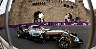 F1 komandasının pilotu Luis Hamilton Baku City Circuit'də Mercedes AMG Petronas bolidini idarə edir