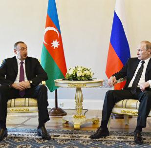Президент России Владимир Путин (справа) и президент Азербайджана Ильхам Алиев во время встречи в Санкт-Петербурге