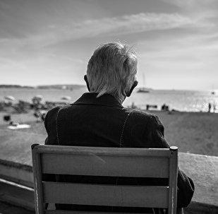 Пожилой мужчина любуется морем, архивное фото