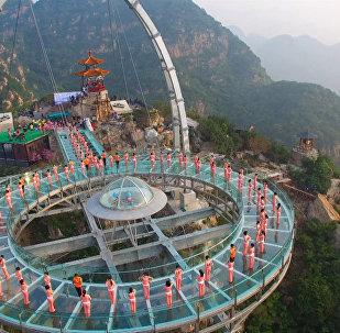 Йога над пропастью: десятки китайцев выполняли асаны на высоте 396 метров