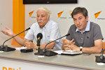Эколог Тельман Зейналов (слева) и политолог Ильгар Велизаде на пресс-конференции на тему Изменение климата: что нас ожидает?