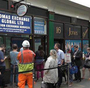 Британцы выстраивались в очереди за евро перед референдумом по Brexit