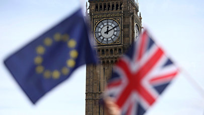 Londonun Parlament meydanında Britaniya İttifaqının və Aİ-nin bayraqları