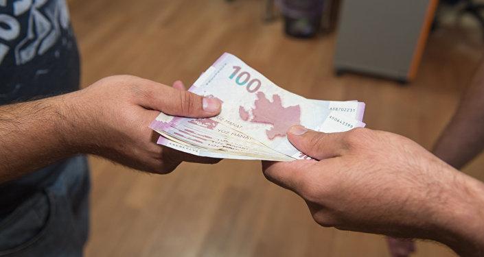 Передача денег из рук в руки, фото из архива