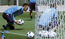 Вратарь сборной Италии по футболу Джанлуиджи Буффон по время тренировки