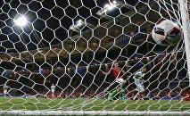 Бельгиец Янник Карраско забивает четвертый гол своей команды