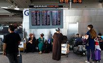 Пассажиры ждут свои рейсы в аэропорту Ататюрк