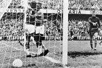 Braziliya yığmasının forvardı Pele (mərkəzdə) komanda yoldaşı Vavanı (20) təbrik edir. Dünya kubokunun finalı.  Braziliya-İsveç oyunu. 29 iyun 1958