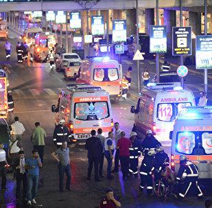 Машины скорой помощи возле аэропорта имени Ататюрка в Стамбуле, архивное фото