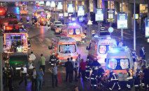 Машины скорой помощи возле аэропорта имени Ататюрка в Стамбуле