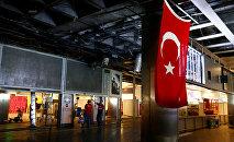 Рабочие восстанавливают поврежденные части терминала аэропорта Ататюрк