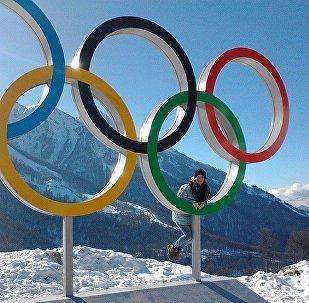 Болельщица у олимпийских колец в Сочи