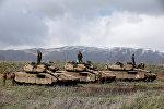İsrail əsgərləri Sutiya ilə sərhəddin yaxınlığındakı Qolan təpələrində tankların üzərində dururlar