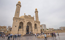 Верующие собираются на намаз в мечети Тезе Пир