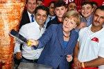 Almaniya kansleri Angela Merkel paytaxt Berlində keçirilən ənənəvi yay bayramında iştirak edir. Arxiv şəkli