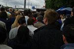 Moskva metropoliteninin Tekstilşiki stansiyasının girişindəki insan izdihamı