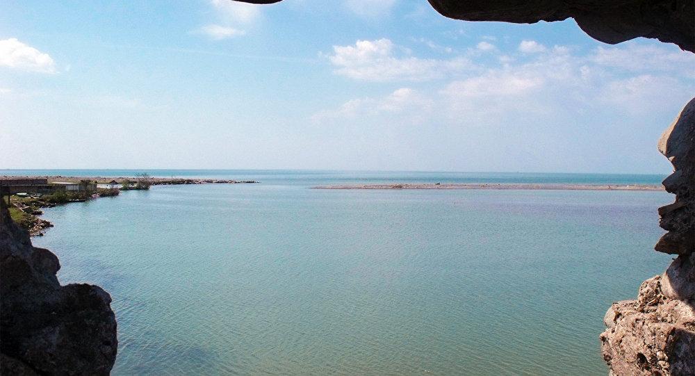 Gürcüstan ərazisində göl. Arxiv şəkli