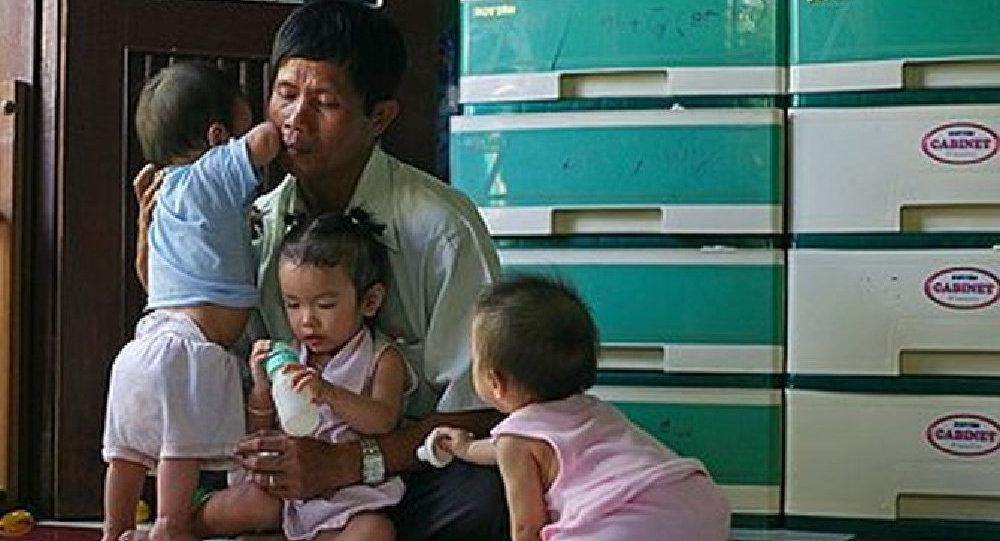 Tonq Fuok Fu adlı vyetnamlı abort zamanı məhv edilən körpələrin meyitlərini alaraq məzarlıqda dəfn edir