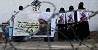 Женщины держат в руках плакаты с изображением шиитского клерка Нимр аль-Нимра, казненного в Саудовской Аравии. Архивное фото