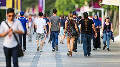 Туристы прогуливаются по Бакинскому приморскому бульвару, фото из архива