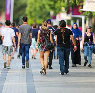 Молодежь прогуливается по Бакинскому приморскому бульвару