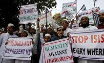 Мусульмане выкрикивают лозунги во время акции протеста против ИГИЛ
