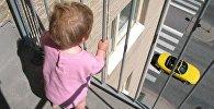 Малыш без присмотра на балконе многоэтажки