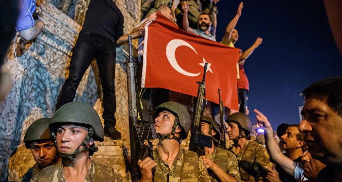 Турецкие солдаты на площади Таксим