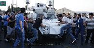 Люди пытаются остановить бронетранспортер в котором везут солдатов турецкой армии принимавших участие в перевороте
