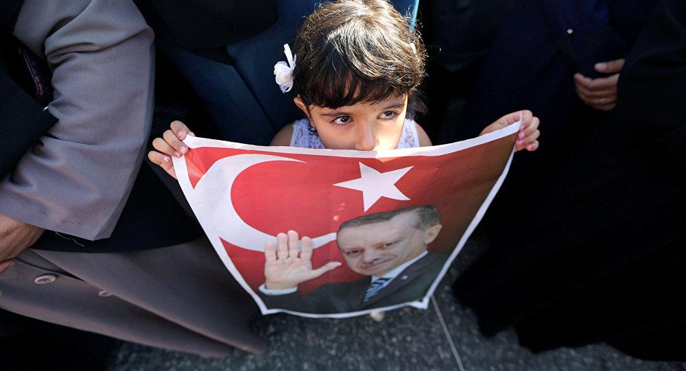 Девочка с портретом Эрдогана