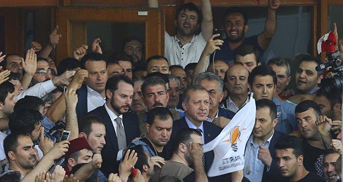 Президент Турции Эрдоган среди своих сторонников в аэропорту Ататюрк