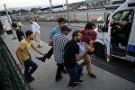 Люди несут раненого во время попытки военного переворота мужчину. Стамбул, Босфорский мост