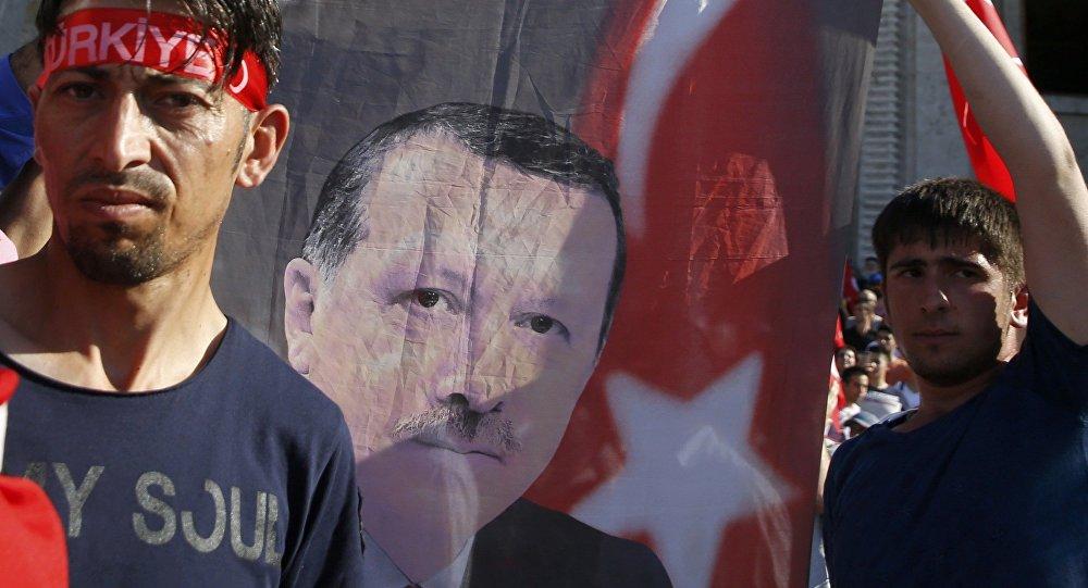 Сторонники президента Турции у здания парламента Турции в Анкаре