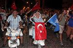 Ликующие сторонники президента Турции Эрдогана в курортном городе Мармарис