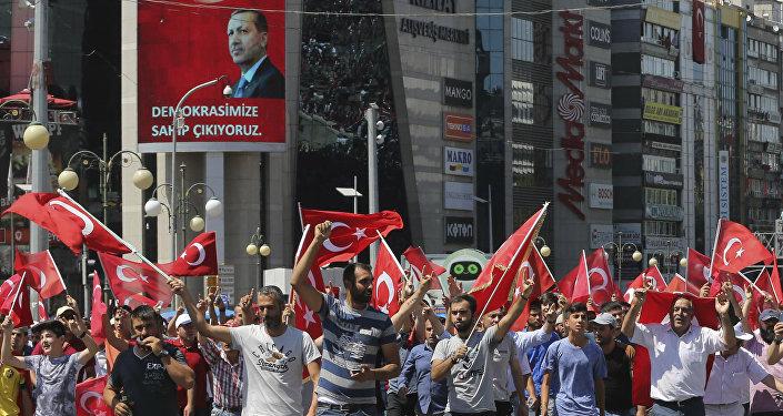 Сторонники Эрдогана на площади Кызылай в Анкаре