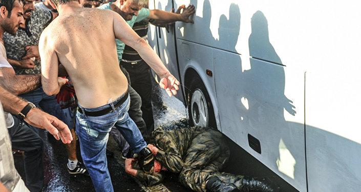 Люди избивают ногами солдата ВС Турции – участника путча – на Босфорском мосту в Стамбуле
