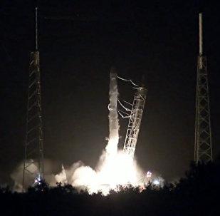 Кадры старта ракеты Falcon 9 с космическим кораблем Dragon с мыса Канаверал
