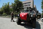 Türkiyə təhlükəsizlik xidmətinə aid zirehli maşın 27 generalın məhkəməsi keçirilən binanın yaxınlığında dayanıb. Ankara, 18 iyul 2016-cı il