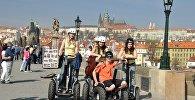 Люди на сегвеях в Праге. Архивное фото