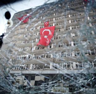 Вид на штаб-квартиру Турецкой полиции через разбитое окно автомобиля
