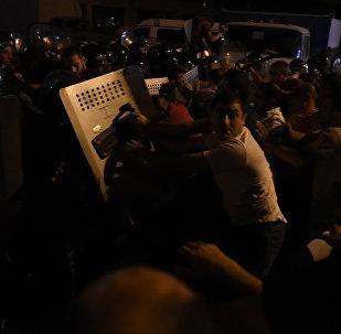 Столкновение демонстрантов и полиции