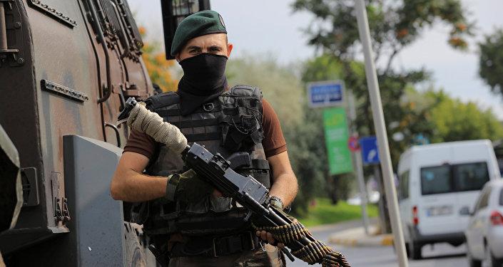 Polis xüsusi təyinatlısı İstanbulda keşik çəkir